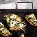 Naan-Pizza mit Zucchini und Ricotta