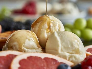 Veganer Frozen Joghurt mit Obst und Ahornsirup