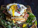 Buttermilch-Pancakes mit Bergkäse und Wildkräutersalat © Simone Filipowsky   S-Küche Food & Travel