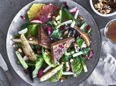 Tofu-Salat mit Früchten und Nüssen auf Teller