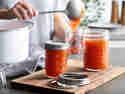 Pfirsichmarmelade in sterile Einmachgläser abfüllen