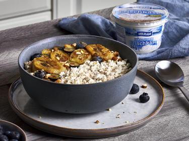Quinoa-Milchreis mit körnigem Frischkäse und Banane