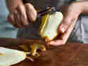 Schritt 5: Birnen entkernen und schälen
