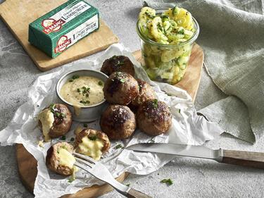 Fleischpflanzerl mit Limburger Käsekern, Kartoffelsalat und Senf-Dip