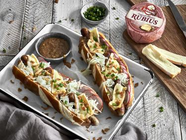 Wiesn Hot Dog mit Rubius Käse serviert als Fingerfood
