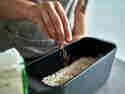 Schritt 8: Samen auf dem Brot verteilen