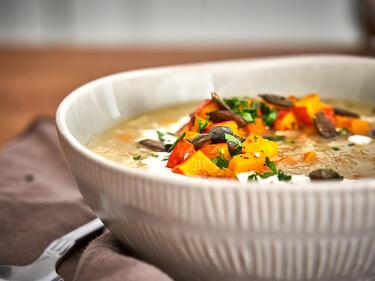 Grünkernsuppe mit Kürbis in Schüssel serviert