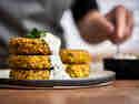 Grünkernbratlinge mit Kräuterquark auf Teller serviert