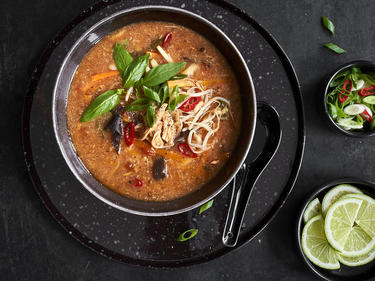 Frische Pekingsuppe in Schüssel serviert