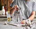 Gin in Highballgläser füllen