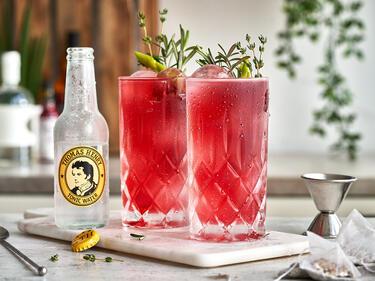 Thomas Henry Gin & Tea mit frischen Kräutern in Glas serviert