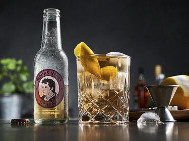 Horse´s Neck mit Thomas Henry Ginger Ale mit Zitronenzeste garniert