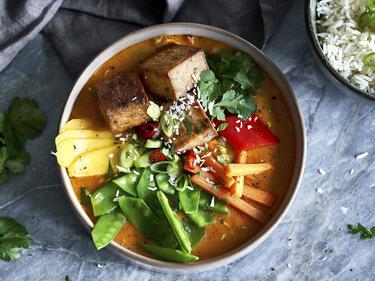 Veganes Tofu Curry in Schüssel serviert