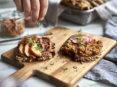 Vegane Leberwurst mit Toppings auf Brot