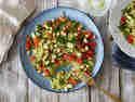 Schneller Zucchinireis mit Kichererbsen, Tomaten und Gurke