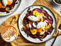 Wurzelgemüse-Carpaccio mit Meerrettich Frischkäse-Nocken, serviert auf einem Teller