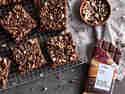 Vegane Nougat-Zucchini-Brownies kühlen auf einem Kuchengitter aus