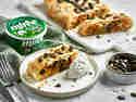 Süßkartoffel-Kräuter-Strudel, servier auf einem Teller mit Nocken aus miree Französische Kräuter