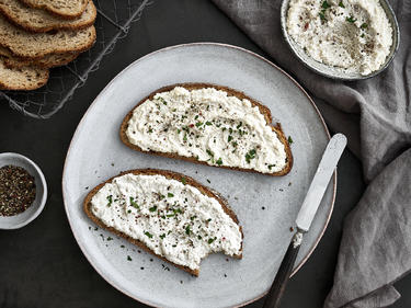 Veganen Frischkäse selber machen: Bestrichene Brote auf einem Teller