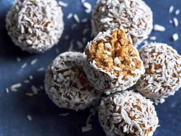 Carrot Cake Energy Balls mit Kokos ummantelt