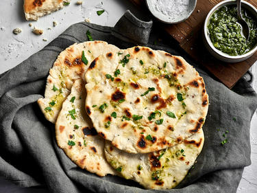 Naan-Brot vegan mit Pesto serviert