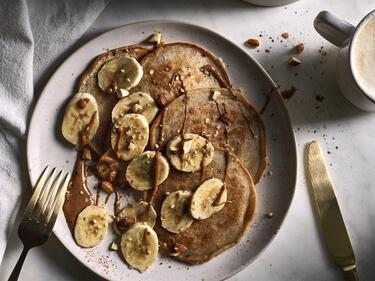 Vegane Pancakes mit Banane, Zimt und Mandelmus
