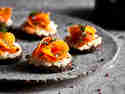 Veganer Lachs aus Karotten auf Pumpernickel und Meerrettich serviert