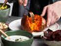 Süßkartoffel-Kumpir innen auflockern