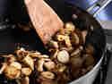 Kräuterseitlinge werden in einer Pfanne angebraten