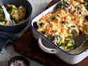 Brokkoli Gratin in cremiger Sahnesauce mit Käse überbacken in einer Auflaufform
