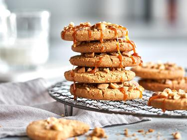 Erdnussbutterkekse mit Salzkaramell gestapelt auf Kuchengitter