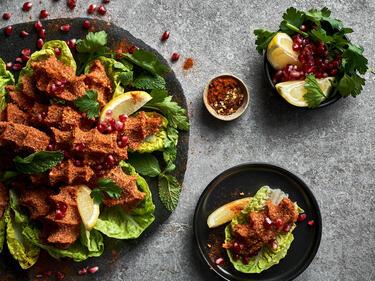Cig Köfte vegan auf Salatblatt mit Granatapfelkernen serviert