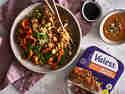 Vegetarische Asia-Pfanne mit Valess Geschnetzeltem und Stäbchen angerichtet auf Teller