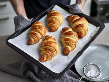 Selbstgemachte Croissants auf Backblech