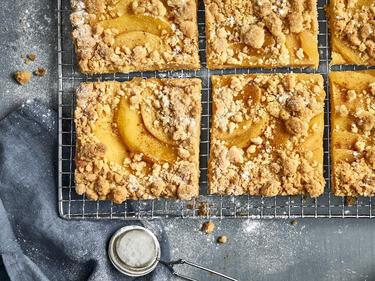 Quittenkuchen vom Blech mit Streuseln und Puderzucker auf Kuchengitter