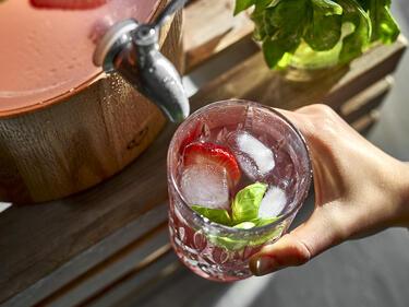 Erdbeer-Basilikum-Limonade - frisch gezapft aus einem Getränkespender