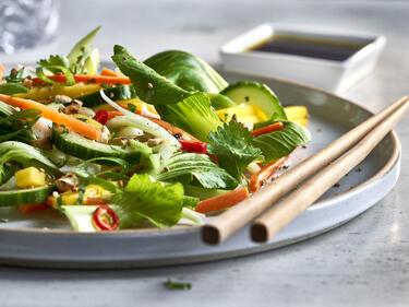 Pak Choi Salat, serviert auf einem Teller mit Stäbchen
