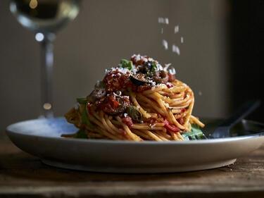 Spaghetti alla Puttanesca auf einem Teller angerichtet