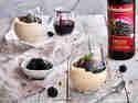 Grießpudding mit Aroniasauce und karamellisierten Walnüssen im Glas serviert