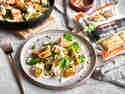 Maultaschen Pfanne mit BÜRGER Gemüsemaultaschen, Lachs und Spinat auf Teller