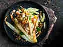 Chinakohlsalat mit Joghurtdressing auf einem schwarzen Teller serviert