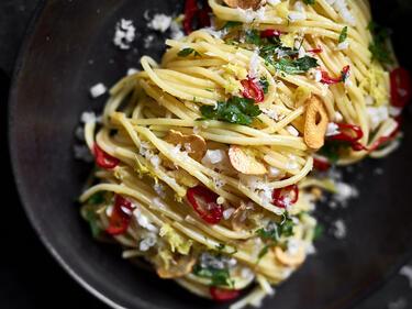 Spaghetti Aglio e Olio auf einem Teller angerichtet