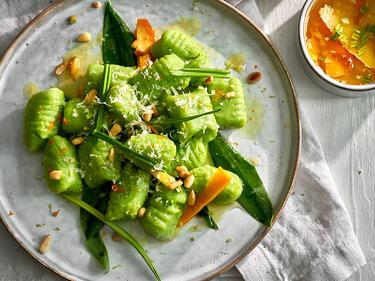 Grüne Bärlauch-Gnocchi mit Orangenbutter und Orangenabrieb auf einem Teller angerichtet