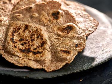 Chapati auf einem dunklen Teller serviert