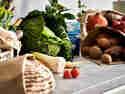 Nachhaltiger Einkauf auf Arbeitsfläche