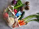 Gemüsenetz gefüllt mit regionalem Gemüse