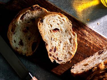 Mediterranes Brot mit getrockneten Tomaten und Oliven