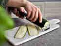 Zucchini in Scheiben hobeln