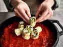 Zucchini-Röllchen in Tomatensauce in Form setzen