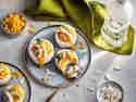 Mini-Törtchen mit Kokos, Batida Pura Côco und Mango auf Teller serviert